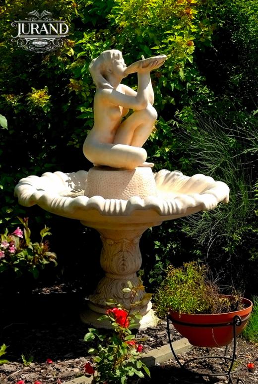 1033 Fontanna z Dziewczyną pijącą wodę